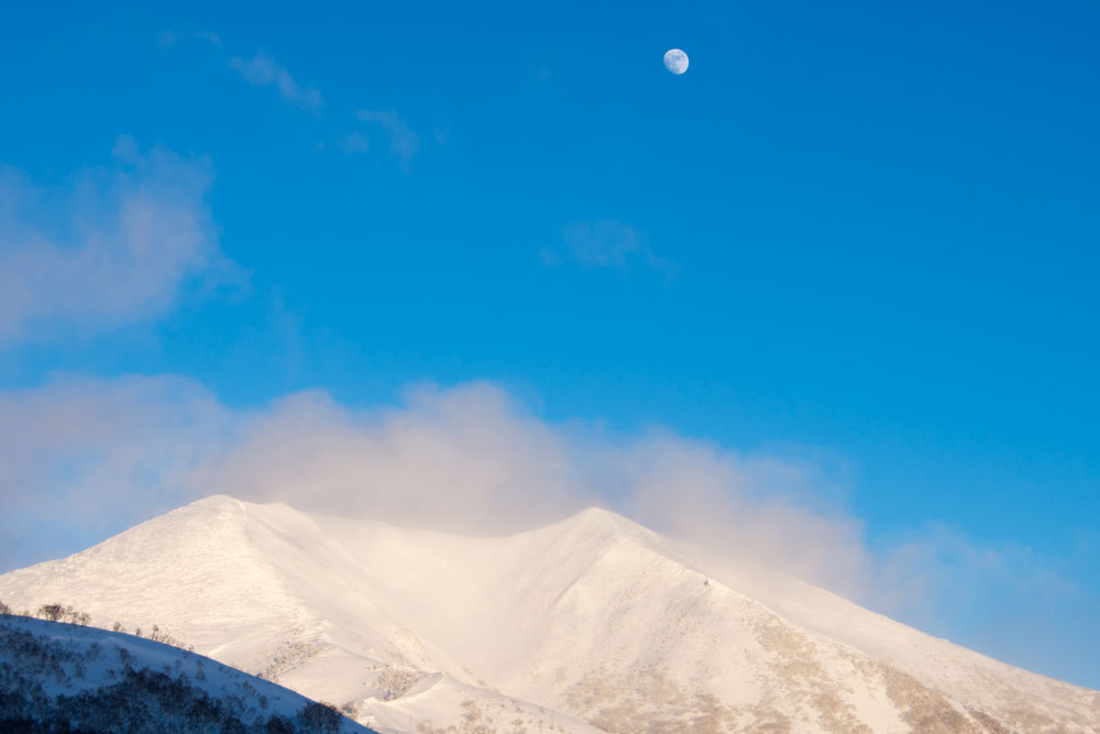 niseko annupuri kozan no sawa with moonrise