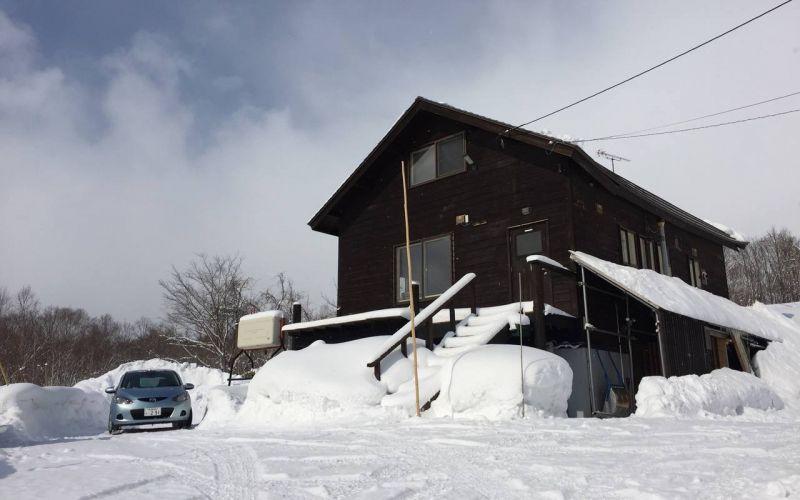 exterior of Tanuki cave ski chalet in Annupuri ski chalet